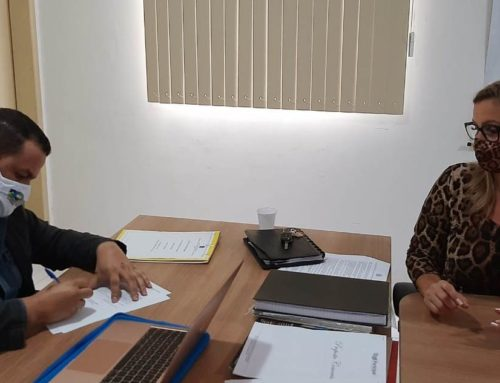 Hoje (28), o Presidente do CRF/RO, Dr. Rogelio Rocha Barros, deu posse à administradora, Natália Mendonça Ferreira.
